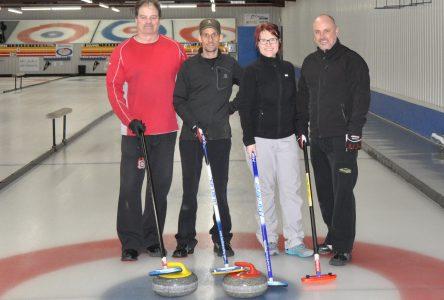 Hélène essaie le curling