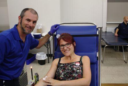 Hélène essaie le don de sang