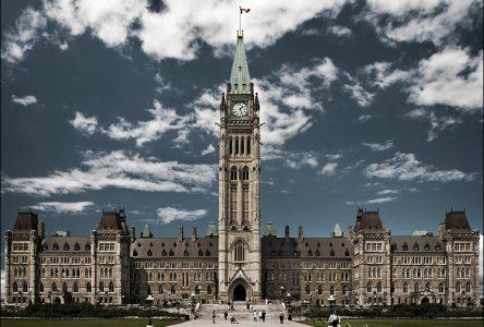 Le gouvernement Harper présente un dernier budget déficitaire