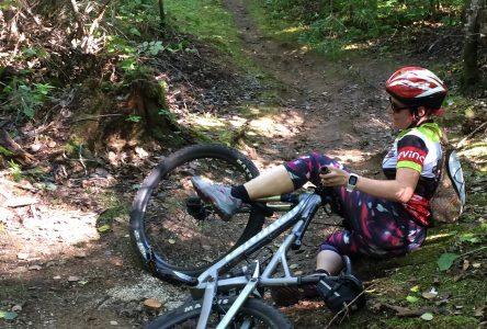Hélène essaie le vélo de montagne