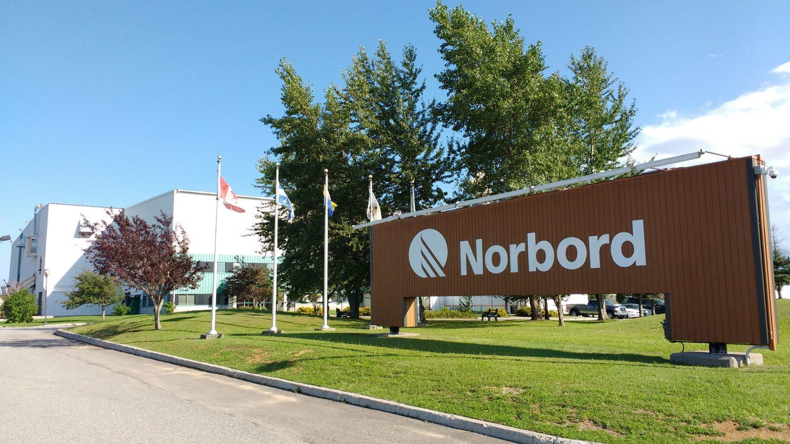 Réouverture reportée et vente de bois chez Norbord