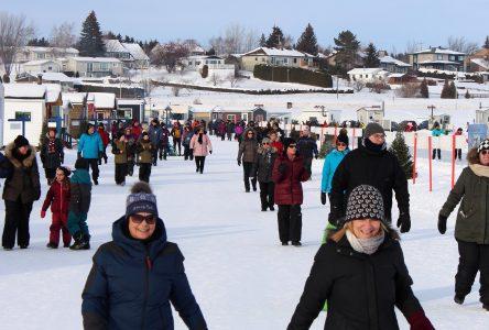 Une météo parfaite et du monde en masse aux villages d'hiver
