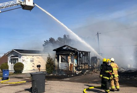 Un violent incendie détruit six résidences à Roberval