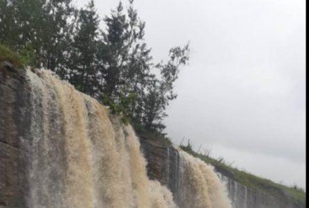 Chambord : La pluie cause d'impressionnantes chutes d'eau sur le bord de la 169