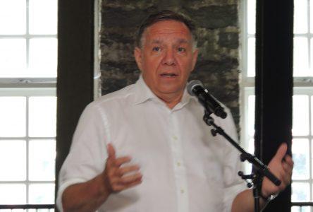 François Legault accueilli par des manifestants à Val-Jalbert